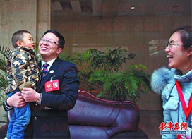 Member Qian Dongreviewed the sick child after attending the meeting. (group discussion of Shandong Provincial People's Political Consultative Conference.)